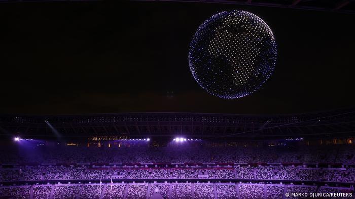 Coreografia de 1.824 drones com luzes representa a Terra acima do estádio