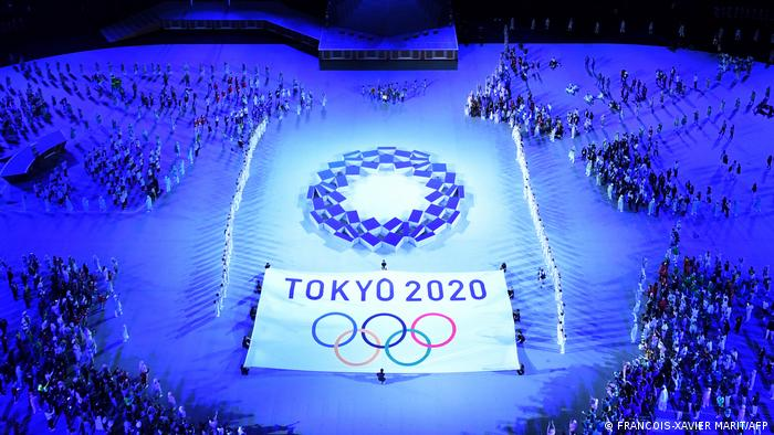 بیش از ۱۱۳۰۰ ورزشکار از ۲۰۷ کشور طی دو هفته با یکدیگر رقابت خواهند کرد. المپیک به خاطر پاندمی کرونا یک سال عقب افتاد اما پیش از شروع بازیها، شماری از دست اندرکاران و تعدادی از ورزشکاران به ویروس مبتلا شدهاند.