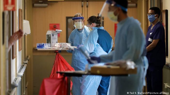 Profissionais de saúde em hospital em Seattle, EUA