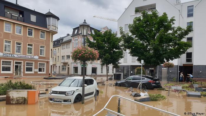 Автомобили на затопленной улице в Зинциге после наводнения