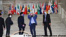 23.07.2021, Italien, Neapel: Roberto Cingolani (2.v.r), Umweltminister von Italien, winkt, als er zusammen mit anderen Personen, vor dem G20-Treffen, die Stufen des Palazzo Reale hoch geht. Diskutiert werden in Neapel Themen zur Umwelt- und Klimapolitik. Foto: Fabio Sasso/ZUMA Press Wire/dpa +++ dpa-Bildfunk +++