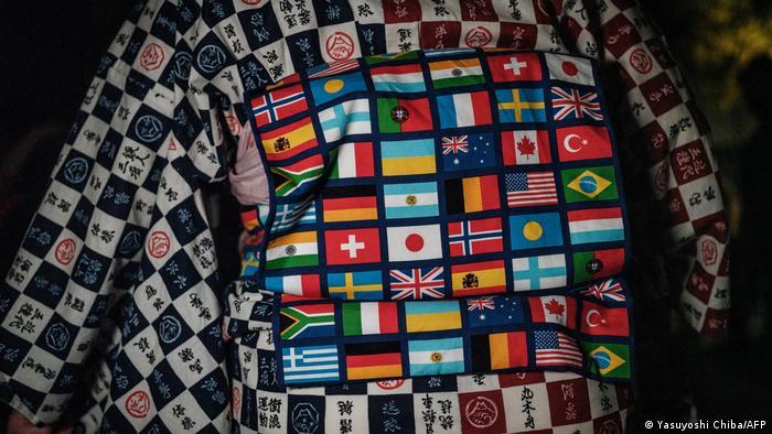BdTD   Japan Tokio   Kimono mit Nationalflaggen