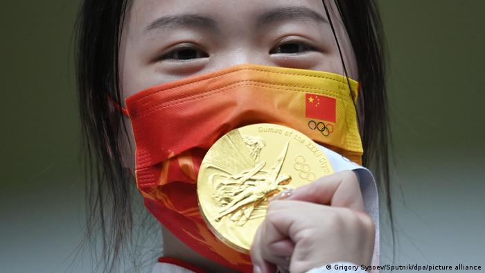 Tokyo 2020   Schützin Qian Yang erhält die erste Goldmedallie der Sommerspiele