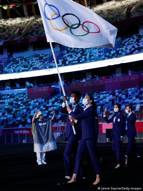 Yursa Mardini nosi olimpijsku zastavu