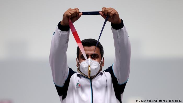جواد فروغی با مدال طلای المپیک در دست