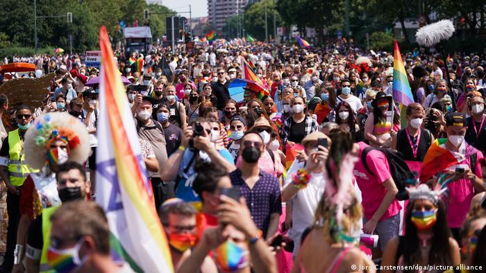 تا قبل از پاندمی کرونا در مراسم همبستگی با دگرباشان جنسی در برلین سالانه نزدیک به یک میلیون نفر شرکت میکردند. امسال برگزارکنندگان مراسم، انتظار حضور ۲۲ هزار نفر را داشتند، اما شمار شرکتکنندگان بسیار فراتر از انتظار بود.