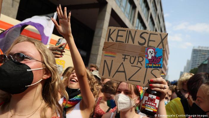 Eine forscher Vorschlag der Berliner Pride-Demonstranten zum Thema homophobes Denken und Handeln