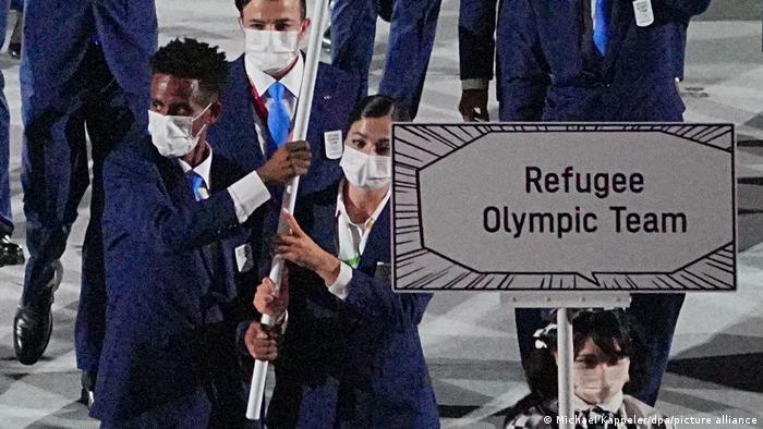 Yusra Mardini (r.) and Tochlowini Gariyesos (l.) bear the flag for the Refugee Olympic Team