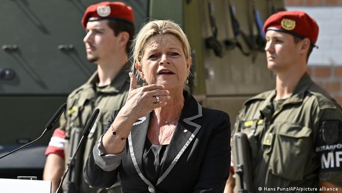 Die österreichische Verteidigungsministerin Klaudia Tanner bei der Pressekonferenz in Wien