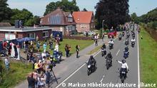 Motorradfahrer fahren am Haus des krebskranken Kilian vorbei. Tausende Biker sind den Aufrufen gefolgt, um dem Jungen noch einmal eine Freude zu bereiten. Mehrere Tausend Motorradfahrer und -fahrerinnen haben sich am Samstag im ostfriesischen Rhauderfehn getroffen, um einem krebskranken Jungen eine Freude zu machen. Das bestätigte die Polizei. Das Kind ist großer Motorradfan. Ein Aufruf in sozialen Netzwerken hatte große Resonanz gefunden, Biker aus ganz Deutschland wurden in dem Ort im Landkreis Leer erwartet.