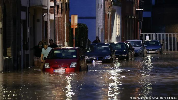 در شهر دینان خیابانها را سیل فرا گرفته است. حتی گفته میشود که شماری از خودروها در اثر شدت سیلاب از جا کنده شده و شناور شدهاند.