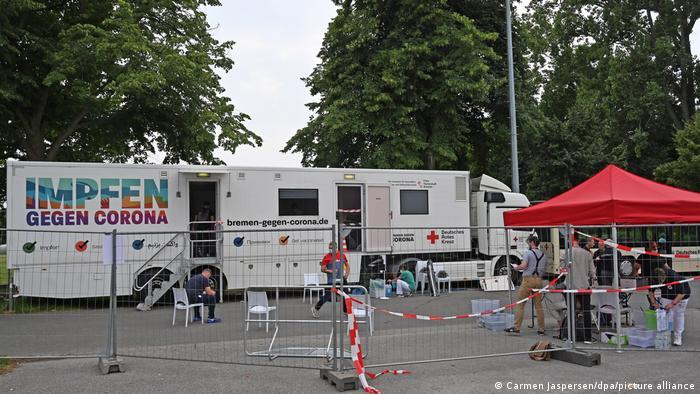 Deutschland Bremen | Impfwagen beim Spiel der 2. Bundesliga gegen Hannover