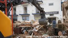 24.07.2021 Ein Bagger bei Aufräumarbeiten nach der verheerenden Flut. Unzählige Häuser sind durch das Hochwasser unmittelbar oder durch den zurückgebliebenen Schlamm beschädigt. +++ dpa-Bildfunk +++