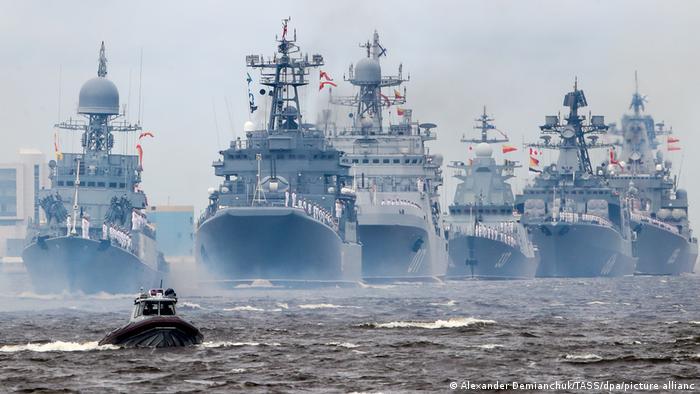 در رژه دریایی سن پترزبورگ، ۵۴ فروند کشتی جنگی شامل ناو، ناوشکن، ناوچه موشکانداز، زیردریاییهای اتمی و دیزلی ۴۸ فروند شکاری و بمب افکن و بالگرد تهاجمی و شناسایی از مقابل جایگاه عبور کردند.