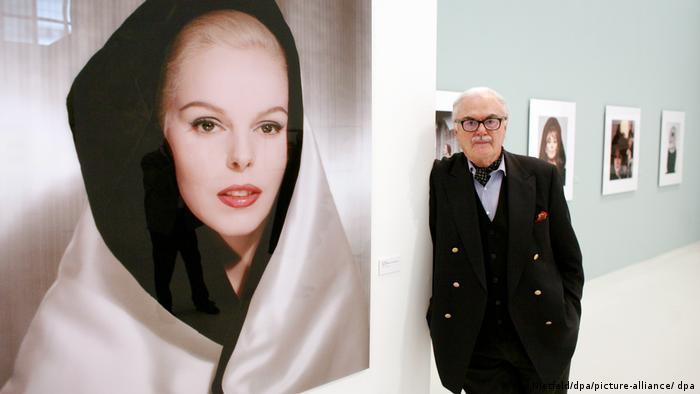 F.C. Gundlach neben einem Foto eines Stars in einem Ausstellungsraum.
