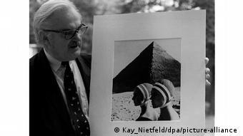 Foto von Gundlach zeigt Frauen mit Badekappen vor Pyramiden