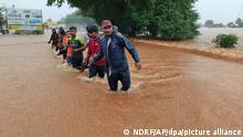 Mitarbeiter der National Disaster Response Force waten durch die Fluten. Mindestens 72 Menschen sind bei Erdrutschen und anderen Zwischenfällen nach heftigem Monsunregen in Indien getötet worden. +++ dpa-Bildfunk +++ 23.07.2021