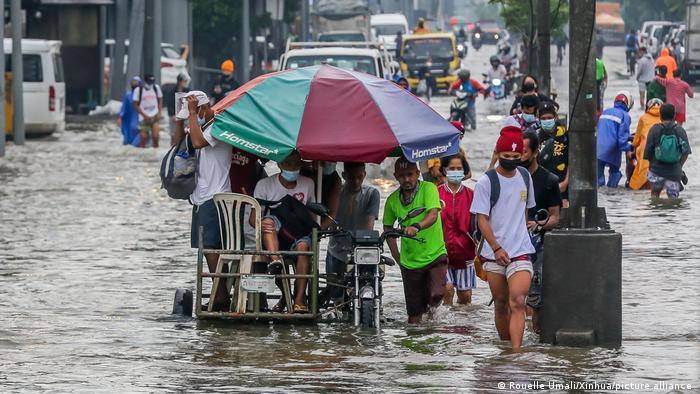 Bewohner der philippinischen Provinz Rizal waten durch das Hochwasser