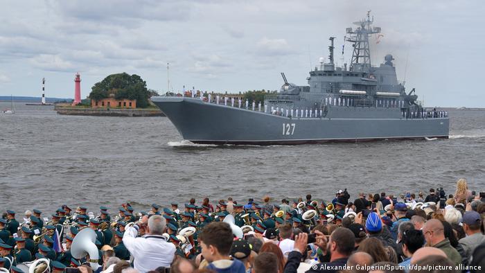 روز نیروی دریایی از سال ۱۹۳۹ در دوره شوروی سابق برگزار میشود. طبق دستور ولادیمیر پوتین، رئیس جمهور روسیه از سال ۲۰۰۶ آخرین یکشنبه ماه ژوئیه هر سال روز نیروی دریایی روسیه محسوب میشود.