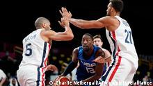 Basketball: Olympia, Frankreich - USA, Vorrunde, Gruppe A, 1. Spieltag in der Saitama Super Arena. Bam Adebayo (M) aus den USA gegen Nicolas Batum (l) und Rudy Gobert (r) aus Frankreich. +++ dpa-Bildfunk +++25.07.2021