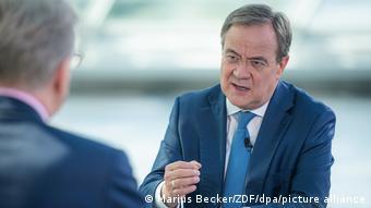 Премьер-министр федеральной земли Северный Рейн - Вестфалия, кандидат на пост канцлера ФРГ Армин Лашет во время одного из интервью