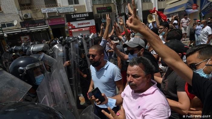Machtprobe zwischen Sicherheitskräften und Demonstranten in der Nähe des Parlamentsgebäudes