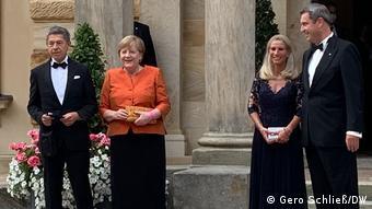 Gruppenfoto von Angela Merkel und Markus Söder bei den Bayreuther Festspielen mit Partner bzw. Partnerin.