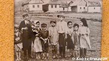 2018+++Foto aus der ständigen Ausstellung zum Völkermord an Sinti und Roma in der Gedenkstätte Auschwitz. Es zeigt Roma-Kinder in der Slowakei vor dem Zweiten Weltkrieg