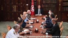 Президент Туниса Каис Саид на совещании с представителями служб безопасности и военными