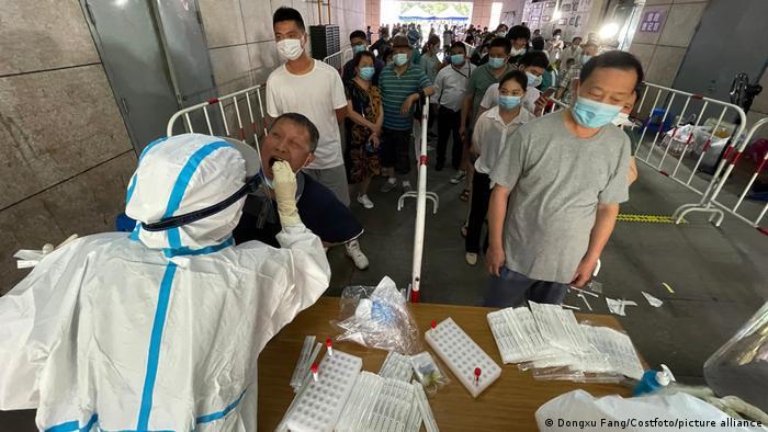 Foto de personas que hacen fila en China para hacerse un examen de COVID-19