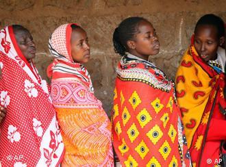 Kenianerinnen stehen für die Wahl an