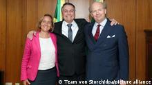 21.07.2021 Beatrix von Storch (l-r), stellvertretende AfD-Vorsitzende, Jair Bolsonaro, Präsident von Brasilien, und Sven von Storch, Ehemann von Beatrix, stehen im Präsidentenpalast zusammen. (zu dpa «Brasiliens Präsident Bolsonaro empfängt AfD-Vize Storch») +++ dpa-Bildfunk +++