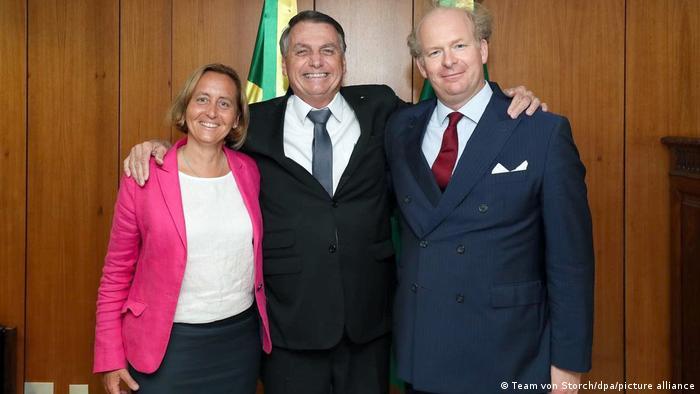 Beatrix von Storch ao lado de Jair Bolsonaro e do marido dela