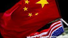 2019***Die US-amerikanische (unten) und chinesische Nationalflaggen wehen vor einem Hotel. Trotz der Absage des Asien-Pazifik-Gipfels im November in Chile wollen China und die USA an dem Zeitplan für ihre Handelsgespräche festhalten. Beide Länder arbeiteten derzeit daran, einen neuen Ort für die Unterzeichnung der «Phase eins» des Abkommens auszuwählen, schrieb US-Präsident Trump am Donnerstag, den 31.10.2019, auf Twitter. +++ dpa-Bildfunk +++