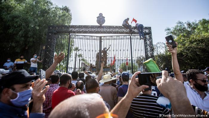 Protesti ispred Parlamenta u Tunisu