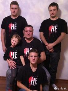 Леонид Судаленко с сыновьями. Надпись на футболках НЕ смяротнаму пакаранню (НЕТ смертной казни)