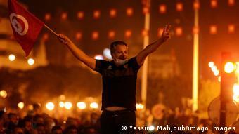 Des milliers de Tunisiens ont crié leur joie dans la rue après les annonces du président.