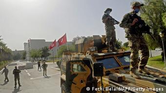 Tunesien Krise l Entmachtung des Ministerpräsidenten, Soldaten umstellen Parlament
