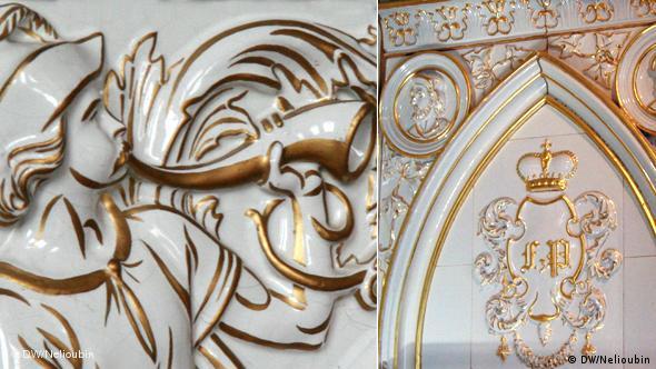 Камин с изображениями охотничьих сцен на фарфоровых плитках