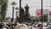Soldaten der tunesischen Armee bewachen den Eingang des Parlamentsgebäudes während einer Demonstration einen Tag nachdem der tunesische Präsident Saied den Premierminister entlassen hat. Die Arbeit des Parlaments ist für zunächst 30 Tage eingefroren.