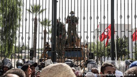 تبادل مناصرو قيس سعيد وراشد الغنوشي الشتائم أمام البوابة الخارجية للبرلمان