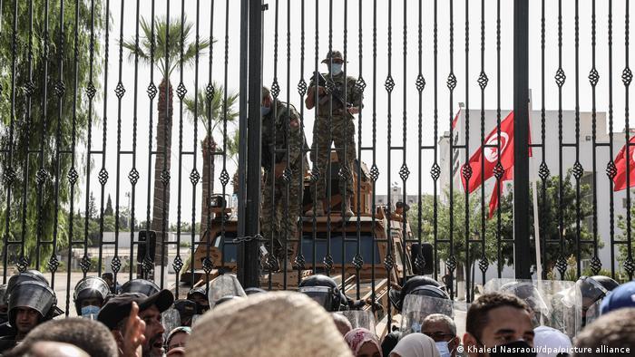Тунисские военные и полиция охраняют вход на территорию парламента