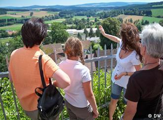 Wandergruppe genießt die Aussicht von einem Berg in der Oberpfalz ...