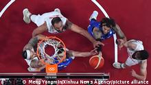 (210725) -- TOKYO, July 25, 2021 (Xinhua) -- Tomas Satoransky (C, down) of the Czech Republic goes for a layup during the men's preliminary round group A match between Iran and the Czech Republic at the Tokyo 2020 Olympic Games in Tokyo, Japan, July 25, 2021. (Xinhua/Meng Yongmin)