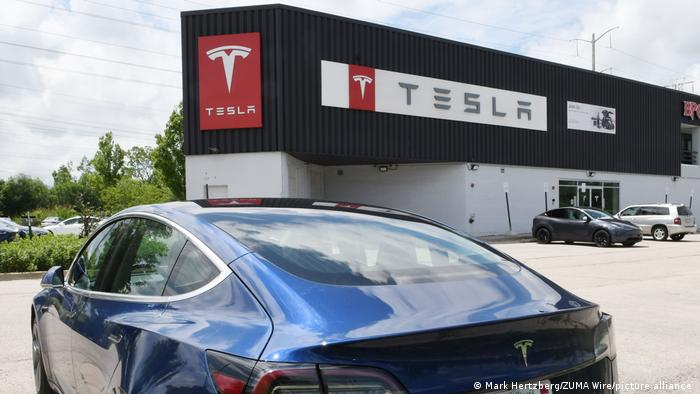 Tesla-Fahrzeug vor Gebäude