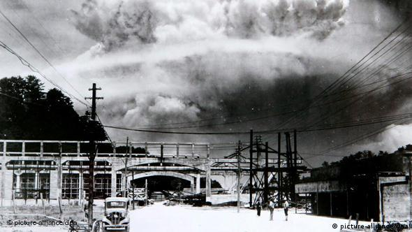 (FILES) A handout photo shows a view of the mushroom cloud photographed from the ground of the 09 August 1945 atomic bombing of Nagasaki. United Nations Secretary General Ban Ki-moon arrived in Japan 03 August 2010 to visit Hiroshima and Nagasaki, the two cities where the US military dropped atomic bombs 65 years ago. Ban will be the first UN secretary general to attend the Peace Memorial Ceremony in Hiroshima. For the first time the United States will send an envoy to the memorial. The US bomber Enola Gay dropped an atomic bomb on Hiroshima on 06 August 1945, killing tens of thousands of people in seconds. By the end of the year, 140,000 had died from the effects of the bomb. On 09 August a second atomic bomb was exploded over Nagasaki, killing more than 73,000 people. EPA/NAGASAKI ATOMIC BOMB MUSEUM EDITORIAL USE ONLY +++(c) dpa - Bildfunk+++
