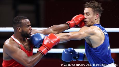 الملاكم المغربي يونس باعلا (يسار) في نزال مع منافسه ديفيد نيكيا(أولومبياد طوكيو 27.07.2021)
