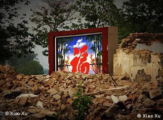 Umsiedlung4.jpg Häuser werden abreißen neben dem Glückszeichen Fu (福). Aufgenommen von Xiao Xu am 05.06.2010 im Vorort Beijings.