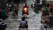 26/07/2021*** News Bilder des Tages Rainy Day In Jaipur Commuters wade through a waterlogged street during rain in Jaipur, Rajasthan, India, on July 26, 2021. Jaipur Rajasthan India bhatnagar-notitle210726_npD8g PUBLICATIONxNOTxINxFRA Copyright: xVishalxBhatnagarx