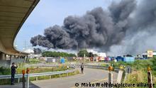 Deutschland Rauchwolke über Chemiepark Leverkusen
